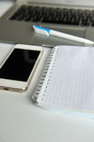 Πίνακας με το lap-top, το smartphone, το σημειωματάριο και τη μάνδρα Στοκ φωτογραφία με δικαίωμα ελεύθερης χρήσης