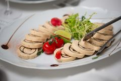 Πίνακας μπουφέδων της υποδοχής με τα κρύα πρόχειρα φαγητά, την ντομάτα κρέατος και κερασιών στοκ φωτογραφίες