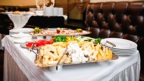 Πίνακας μπουφέδων με το πιάτο τυριών Στοκ εικόνα με δικαίωμα ελεύθερης χρήσης