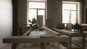 Πίνακας ξυλουργικής, τέμνουσες συσκευές, ξύλινοι πίνακες Κατασκευαστικά έπιπλα απόθεμα βίντεο