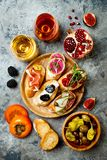Πίνακας ορεκτικών με τα ιταλικά πρόχειρα φαγητά antipasti και κρασί στα γυαλιά Brushetta ή αυθεντικά παραδοσιακά ισπανικά tapas κ Στοκ Εικόνα
