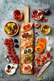 Πίνακας ορεκτικών με τα ιταλικά πρόχειρα φαγητά antipasti και κρασί στα γυαλιά Brushetta ή αυθεντικά παραδοσιακά ισπανικά tapas κ Στοκ Φωτογραφίες