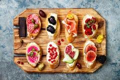 Πίνακας ορεκτικών με τα ιταλικά πρόχειρα φαγητά antipasti Brushetta ή αυθεντικά παραδοσιακά ισπανικά tapas καθορισμένο Στοκ φωτογραφίες με δικαίωμα ελεύθερης χρήσης