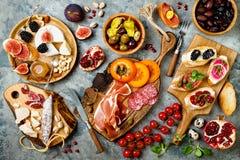 Πίνακας ορεκτικών με τα ιταλικά πρόχειρα φαγητά antipasti Brushetta ή αυθεντικά παραδοσιακά ισπανικά tapas καθορισμένο, πίνακας π Στοκ Εικόνα