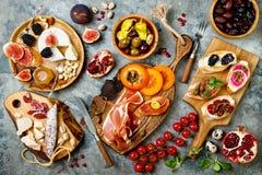 Πίνακας ορεκτικών με τα ιταλικά πρόχειρα φαγητά antipasti Brushetta ή αυθεντικά παραδοσιακά ισπανικά tapas καθορισμένο, πίνακας π Στοκ εικόνα με δικαίωμα ελεύθερης χρήσης