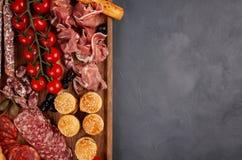 Πίνακας ορεκτικών με το antipasti, το τυρί, charcuterie, τα πρόχειρα φαγητά και το κρασί differents Μίνι burgers, λουκάνικο, ζαμπ Στοκ Εικόνες