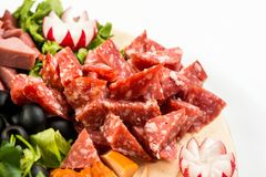 Πίνακας πιάτων με το κρέας και το τυρί Το συμπόσιο στο ιταλικό ύφος Στοκ Φωτογραφίες