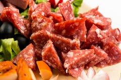 Πίνακας πιάτων με το κρέας και το τυρί Το συμπόσιο στο ιταλικό ύφος Στοκ φωτογραφίες με δικαίωμα ελεύθερης χρήσης
