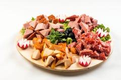 Πίνακας πιάτων με το κρέας και το τυρί Το συμπόσιο στο ιταλικό ύφος Στοκ Φωτογραφία