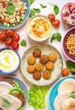 Πίνακας που εξυπηρετείται με τα Μεσο-Ανατολικά παραδοσιακά πιάτα Στοκ Φωτογραφία