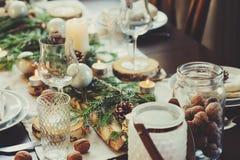 Πίνακας που θέτει για τα Χριστούγεννα εορτασμού και τις νέες διακοπές έτους Εορταστικός πίνακας στο σπίτι με τις αγροτικές λεπτομ Στοκ Εικόνα