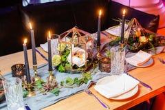 Πίνακας που θέτει για την ημερομηνία στο εστιατόριο Εκλεκτική εστίαση Στοκ Εικόνες