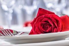 Πίνακας που θέτει για τους βαλεντίνους ή τη ημέρα γάμου με τα κόκκινα τριαντάφυλλα Ρομαντικός πίνακας που θέτει για δύο με τα φλυ Στοκ φωτογραφία με δικαίωμα ελεύθερης χρήσης