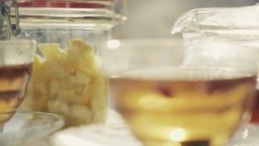 Πίνακας που θέτει για το υπαίθριο τσάι απόθεμα βίντεο