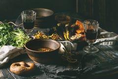 Πίνακας που θέτει με τα κύπελλα σούπας Στοκ φωτογραφία με δικαίωμα ελεύθερης χρήσης