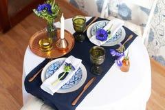 Πίνακας που θέτει με τα μπλε anemones Στοκ εικόνα με δικαίωμα ελεύθερης χρήσης