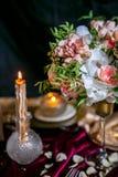 Πίνακας που θέτει με την ανθοδέσμη και τα κεριά Στοκ φωτογραφίες με δικαίωμα ελεύθερης χρήσης