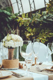 Πίνακας που τίθεται για ένα κόμμα γεγονότος ή ένα συμπόσιο δεξίωσης γάμου Χειμερινή νυφική ανθοδέσμη των άσπρων γαρίφαλων, peony, Στοκ Εικόνες