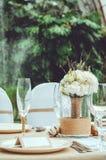 Πίνακας που τίθεται για ένα κόμμα γεγονότος ή ένα συμπόσιο δεξίωσης γάμου Χειμερινή νυφική ανθοδέσμη των άσπρων γαρίφαλων, peony, Στοκ Φωτογραφία