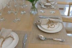 Πίνακας που τίθεται στον ξύλινο να δειπνήσει πίνακα Στοκ εικόνα με δικαίωμα ελεύθερης χρήσης