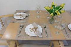 Πίνακας που τίθεται στον ξύλινο να δειπνήσει πίνακα Στοκ Φωτογραφία