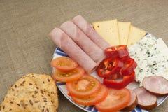 πίνακας προγευμάτων Ζαμπόν, ντομάτα και τυρί για το πρόγευμα με το ψωμί Σπιτικά υγιή τρόφιμα Λαχανικά και ζαμπόν για το πρόγευμα Στοκ Εικόνες