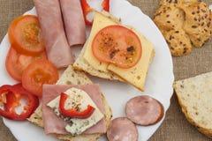 πίνακας προγευμάτων Ζαμπόν, ντομάτα και τυρί για το πρόγευμα με το ψωμί Σπιτικά υγιή τρόφιμα Λαχανικά και ζαμπόν για το πρόγευμα Στοκ Φωτογραφία