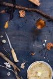 Πίνακας προγευμάτων με τις τηγανίτες και το χυμό, εκλεκτής ποιότητας sty καλυβών κυνηγών Στοκ φωτογραφία με δικαίωμα ελεύθερης χρήσης