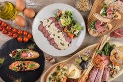 Πίνακας πρόχειρων φαγητών από το bruschetta με τις ντομάτες και τα μανιτάρια Στοκ Εικόνες