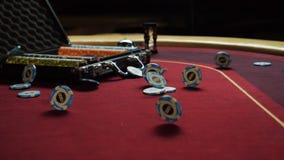 Πίνακας πόκερ με τα τσιπ πόκερ στη βαλίτσα και να αφορήσει τον πίνακα στη χαρτοπαικτική λέσχη Τσιπ πόκερ για το παιχνίδι καρτών π απόθεμα βίντεο