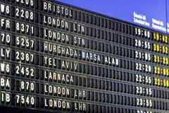 Πίνακας πληροφοριών πτήσεων τελικό σε τέλειο αερολιμένων για το ταξίδι Στοκ Φωτογραφίες