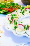 πίνακας ραδικιών αυγών φρέσκων κρεμμυδιών Στοκ φωτογραφία με δικαίωμα ελεύθερης χρήσης