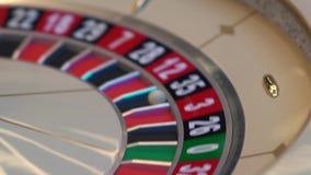 Πίνακας ρουλετών στη χαρτοπαικτική λέσχη, με πολλές παιχνίδια και αυλακώσεις, ρόδα ρουλετών στο πρώτο πλάνο Χρυσό και φως πολυτέλ απόθεμα βίντεο
