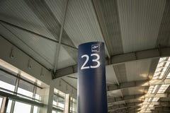 Πίνακας σημαδιών αριθμού εισόδων πυλών επιβίβασης αερολιμένων Στοκ φωτογραφίες με δικαίωμα ελεύθερης χρήσης