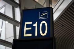 Πίνακας σημαδιών αριθμού πυλών επιβίβασης αερολιμένων στην περιοχή αναχώρησης Στοκ Εικόνες