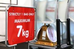 Πίνακας σημαδιών ορίου βάρους αποσκευών Στοκ Εικόνες
