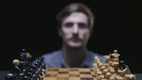 Πίνακας σκακιού με τα κλασικά ξύλινα κομμάτια 034 απόθεμα βίντεο