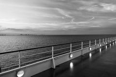 Πίνακας σκαφών στο Μαϊάμι, ΗΠΑ στην μπλε θάλασσα στον ουρανό βραδιού Κατάστρωμα ειδυλλιακό seascape Ταξίδι νερού, ταξίδι, ταξίδι στοκ εικόνα με δικαίωμα ελεύθερης χρήσης