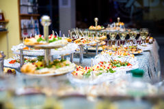 Πίνακας συμποσίου για ένα συμπόσιο σε ένα εστιατόριο πίνακας μπουφέδων, καναπεδάκια, σάντουιτς, πρόχειρα φαγητά, πίνακας διακοπών Στοκ Φωτογραφίες