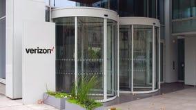 Πίνακας συστημάτων σηματοδότησης οδών με το λογότυπο επικοινωνιών Verizon χτίζοντας σύγχρονο γραφ&epsilo Εκδοτική 4K τρισδιάστατη απόθεμα βίντεο