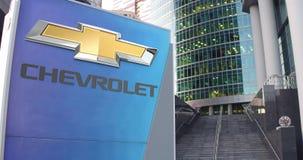 Πίνακας συστημάτων σηματοδότησης οδών με το λογότυπο Chevrolet Σύγχρονοι κεντρικός ουρανοξύστης γραφείων και υπόβαθρο σκαλοπατιών απόθεμα βίντεο