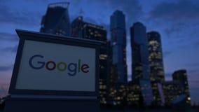 Πίνακας συστημάτων σηματοδότησης οδών με το λογότυπο Google το βράδυ Θολωμένο υπόβαθρο ουρανοξυστών εμπορικών κέντρων Εκδοτικό 4K απόθεμα βίντεο