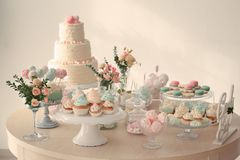 Πίνακας τα γλυκά που προετοιμάζονται με στοκ φωτογραφία με δικαίωμα ελεύθερης χρήσης