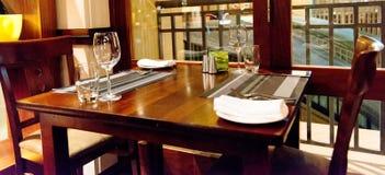 Πίνακας τα κενά γυαλιά που τίθενται με στο εστιατόριο Στοκ Φωτογραφίες
