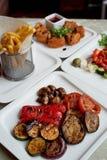 Πίνακας της Νίκαιας στο εστιατόριο Εγκάρδιο και νόστιμο μεσημεριανό γεύμα που αποτελείται από Camembert τυριών στο κτύπημα, ελλην στοκ φωτογραφίες με δικαίωμα ελεύθερης χρήσης