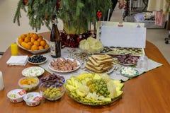 Πίνακας του νέου έτους με τα φρούτα του νέου έτους στοκ εικόνες