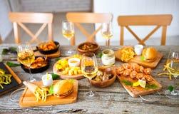 Πίνακας τροφίμων και ποτών, που απολαμβάνει Dinning που τρώει την έννοια Στοκ Εικόνα
