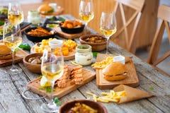 Πίνακας τροφίμων και ποτών, που απολαμβάνει Dinning που τρώει την έννοια Στοκ Εικόνες