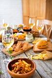 Πίνακας τροφίμων και ποτών, που απολαμβάνει Dinning που τρώει την έννοια Στοκ Φωτογραφίες