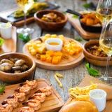Πίνακας τροφίμων και ποτών, που απολαμβάνει Dinning που τρώει την έννοια Στοκ Φωτογραφία